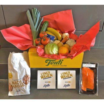Kiste mit Gemüse und Lachs